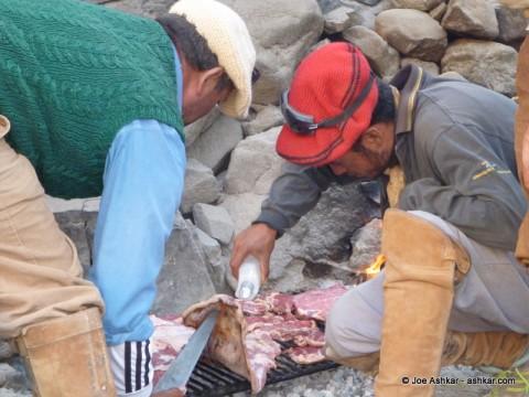 Arrieros grilling meat.
